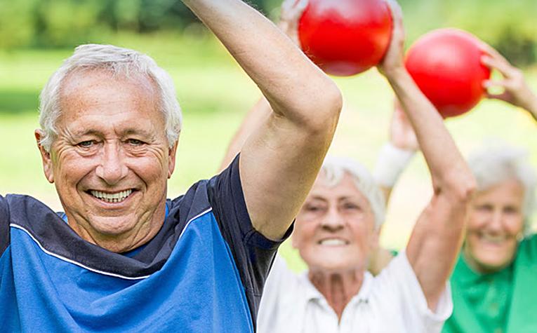 personas mayores haciendo deporte